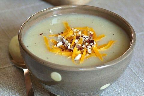 Soupe de panais et mimolette aux noisettes