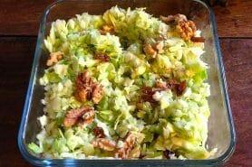 Salade pommes, chou et noix
