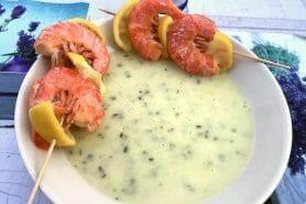 Soupe de concombre et crevettes marinées au citron