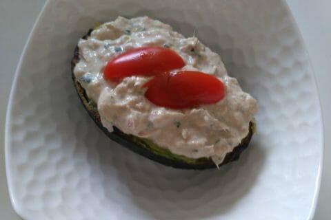 Avocats aux rillettes de thon au basilic Thermomix par celinetteyo